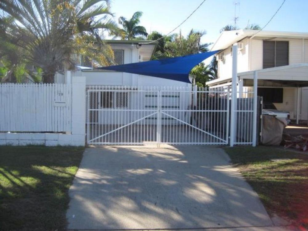 POOL – 5 BEDROOMS – LARGE YARD – CLOSE TO BEACH