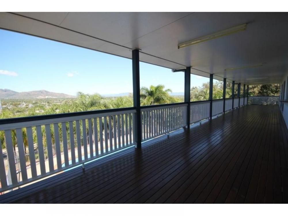 POOL – 4 BEDS – CITY VIEWS – GATED HILL